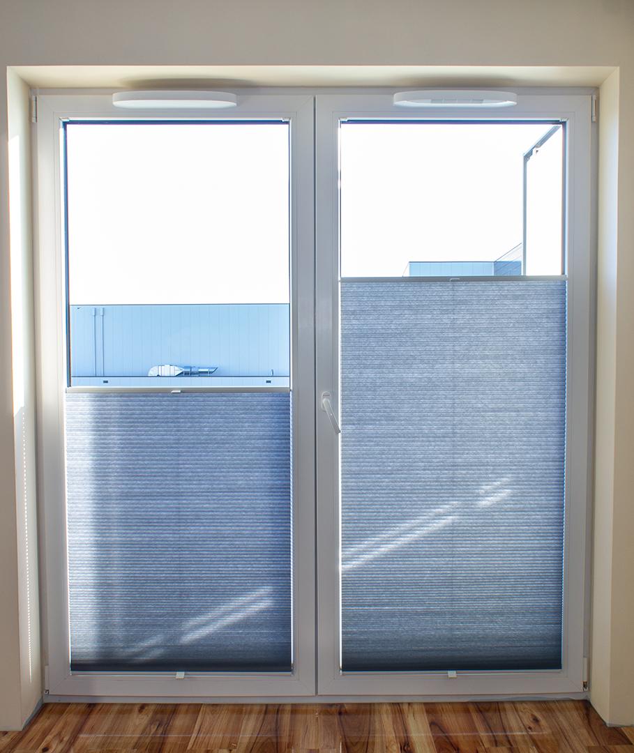 Plisy na oknie balkonowym